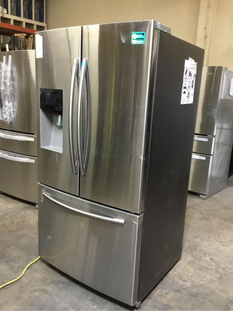 Samsung 25 cu. ft. French Door Refrigerstor with External Water & Ice Dispenser**GETS COLD**