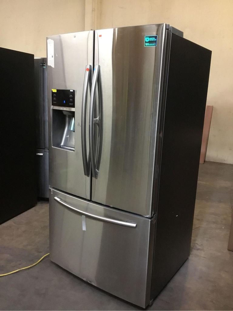 Samsung 28 cu. ft. 3-Door French Door Food ShowCase Refrigerator**GETS COLD**