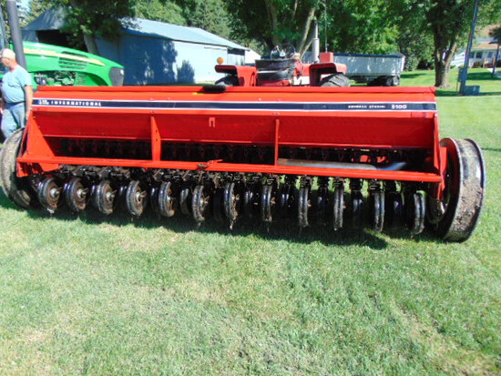 "IH 5100 Grain Drill Soybean Special, 12' With Grass, 6"" Spacing"