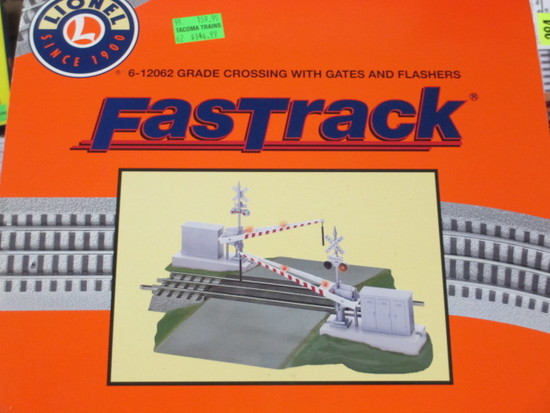 NIB Fastrack 6-12062 Grade Crossing W/Gates and Flashers con 317