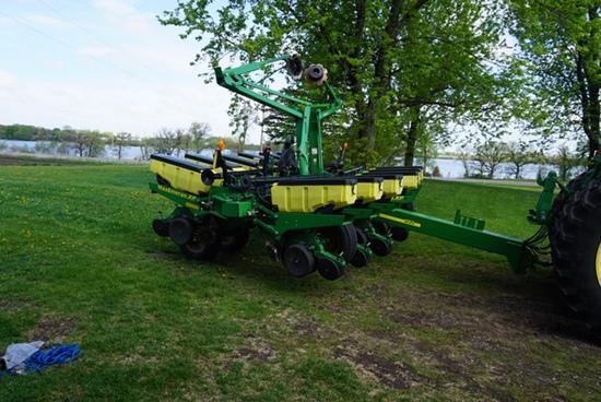 2012 John Deere 1760 12-30 Planter