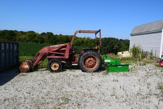 International 454 gas utility tractor w/ IH 2250 hyd. loader w/ mat. Bucket (SN 10007576)