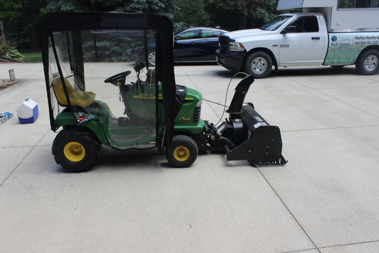 John Deere LT 166 lawn mower, 16 Ho Briggs & Stratton 2 cycle, hydro, 42 inch deck, Attached front m