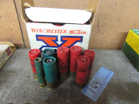 1 BOX OF 25 2-3/4 INCH 12 GAUGE SHELLS. 7-1/2 SHOT. AND OTHER ASSORTMENT OF