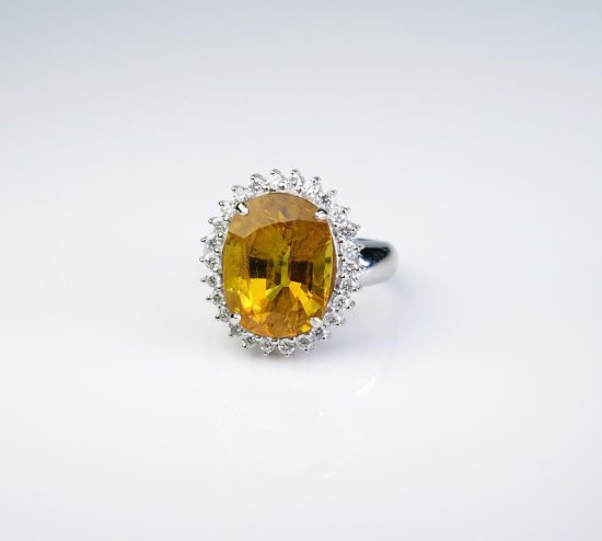 Incredible 'Princess Diana' style ring set with a large oval Yellow