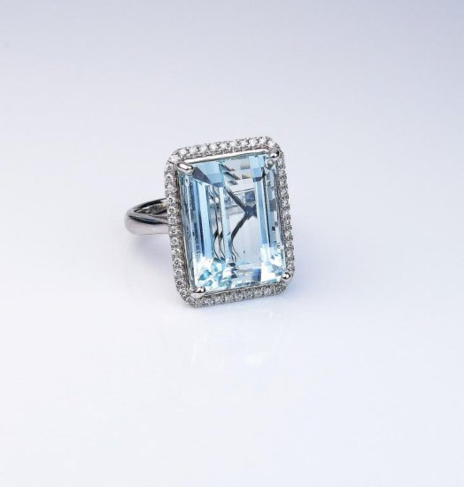 Stunning Aquamarine ring featuring a Fine Aquamarine weighing approx. 20.00 carats