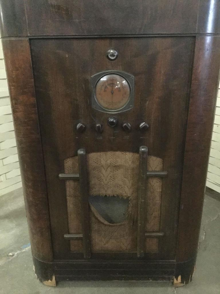 Lot: Antique RCA Victor model D9-19 tube receiver and phonograph