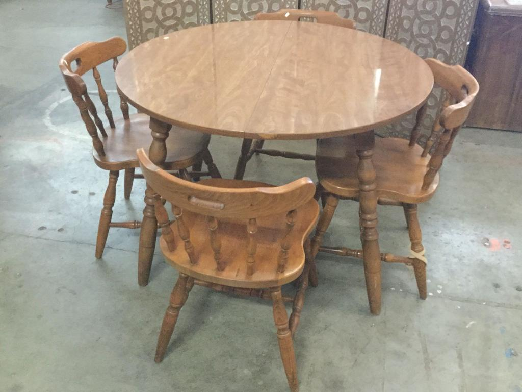 Lot: Vintage round maple finish kitchen table with 4 ...