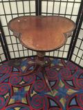 Antique deco side table with metal foot caps - 3 leaf clover look top