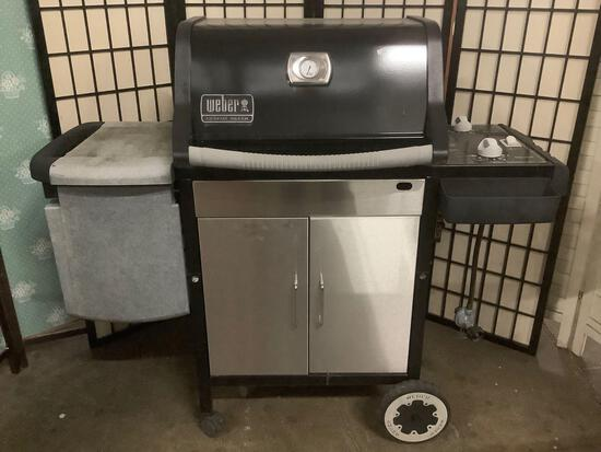 Weber Genesis Silver barbecue, untested. Could use some cleaning... Sold as is, Approx. 52x21x45 in.