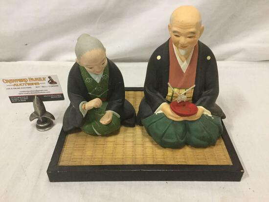 Set of 2 Hakata Urasaki dolls w/ platform floor base