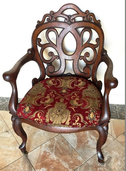 ANTIQUE AMERICAN OAK CHAIR WITH RED/GOLD PRINT ON CASTERS