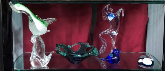 LOT OF ASSORTED ART GLASS PIECES, INCLUDING FENTON & MURANO