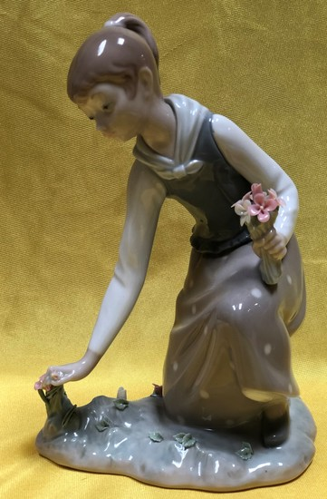 "9"" TALL SIGNED LLADRO FIGURINE GIRL"