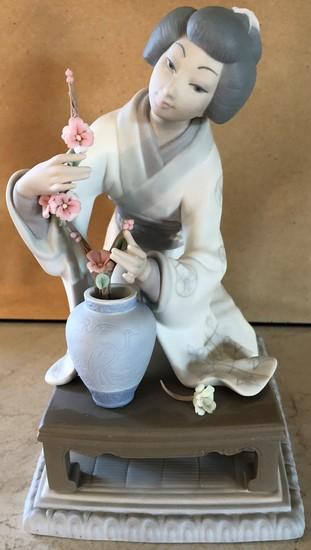 ASIAN LLADRO PORCELAIN FIGURINE W/ FLOWERS