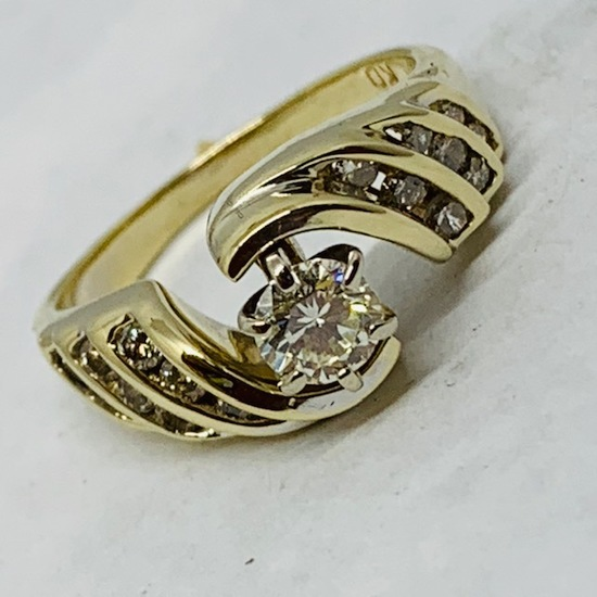 14KT YELLOW GOLD 1.00CTS DIAMOND RING FEATURES .50 CTS CENTER DIAMOND
