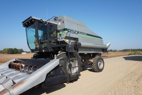 1990 Gleaner R50 Combine With Heads,