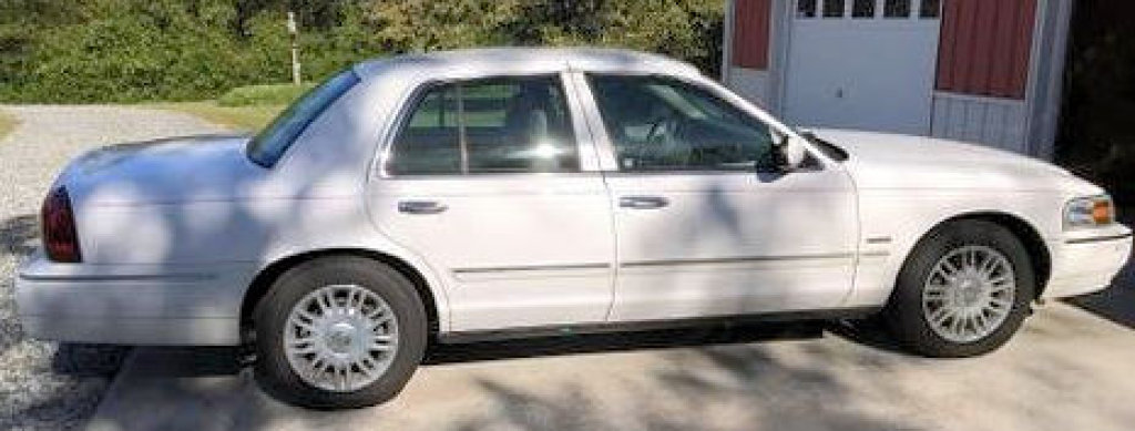 Lot #401-2010 Mercury Grand Marquis LS UltimateEdition, 4.6L V8, automatic, loaded, leather,