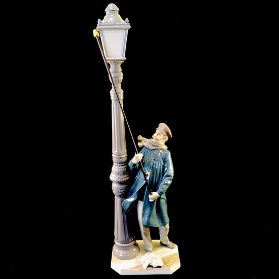 "Estate Lladro #5205 ""The Lamplighter"" porcelain figurine with original box"