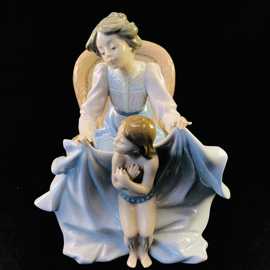 """Estate Lladro #5715 """"Mommy It's Cold"""" porcelain figurine with original box"""