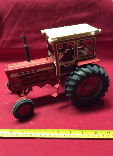 International 856 Tractor With Cab  1/16