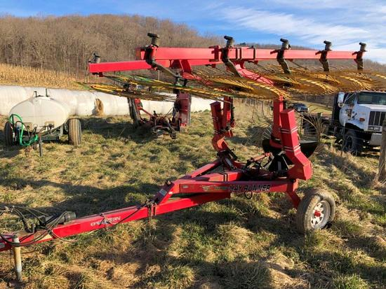 Ogden Hybrid Hay Runner 10 Wheel V Rake, Pull type with hydraulic controls, super nice late model