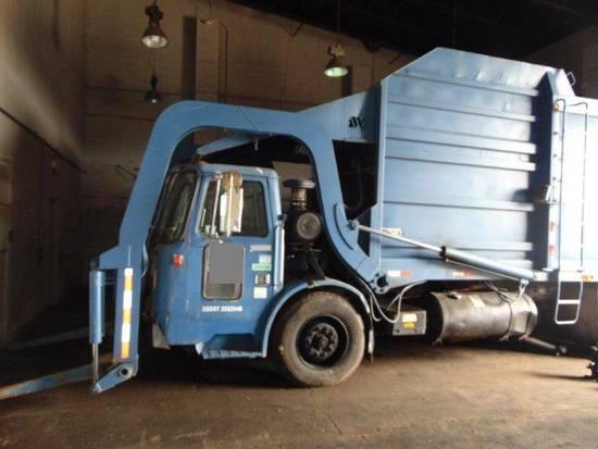 2005 MACK 3400 Front-Load Garbage Truck