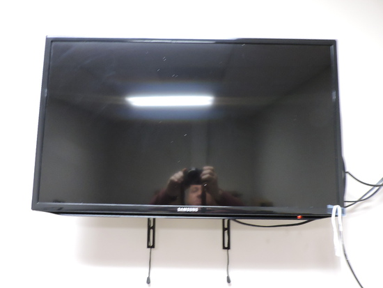 """SAMSUNG 32"""" Flat Screen TV / Monitor  UN32EH5000F  with Mount & Remote"""