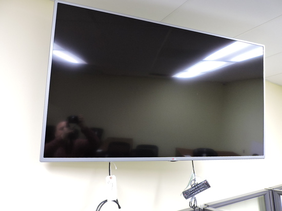"""LG 60"""" Flat Screen TV / Monitor  60LB5900  with Wall Mount & Remote"""