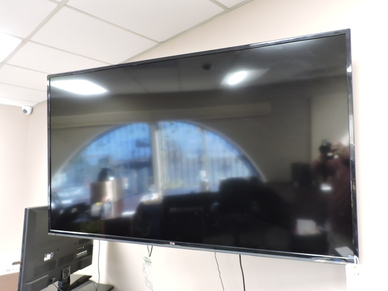 """LG 65"""" Flat Screen TV / Monitor  65LB5200 with Wall Mount & Remote"""