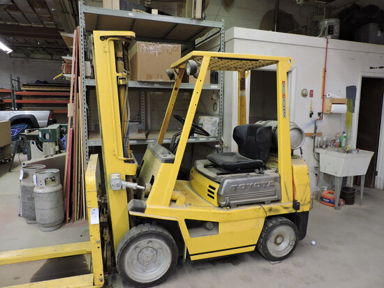 Toyota Forklift - Propane Model: 2-4FG25. Runs and Functions