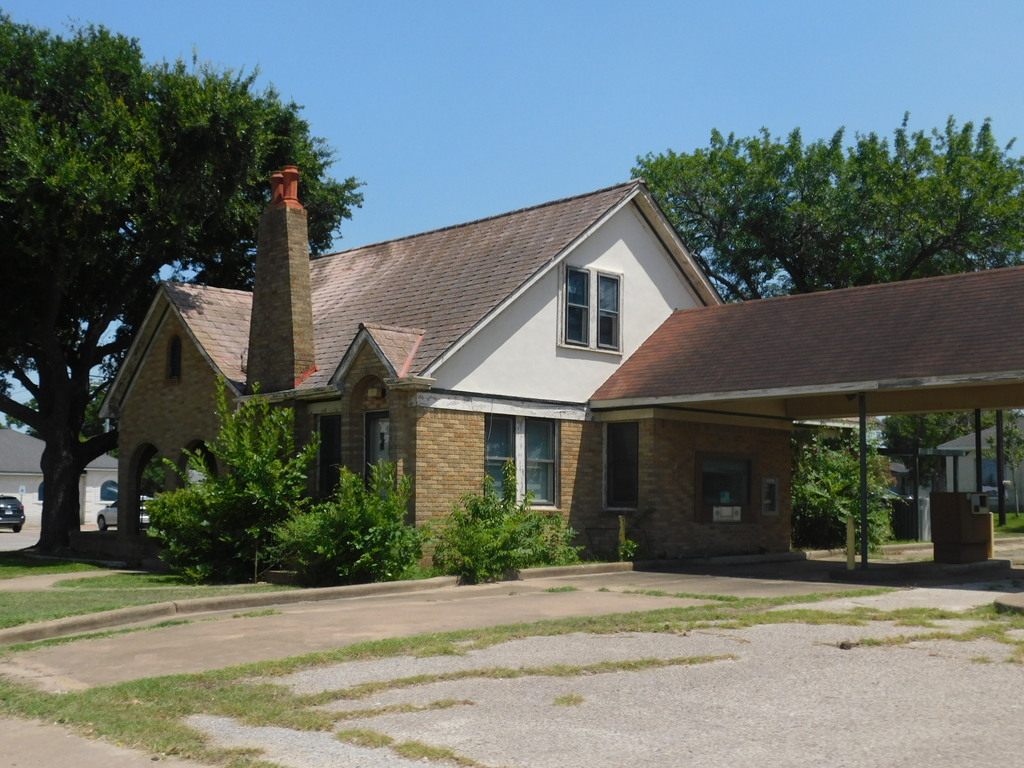 974 E. AUSTIN STREET, GIDDINGS TEXAS; COMMERCIAL OFFICE &/or LOTS ON HWY 290- AUSTIN-HOUSTON ROUTE