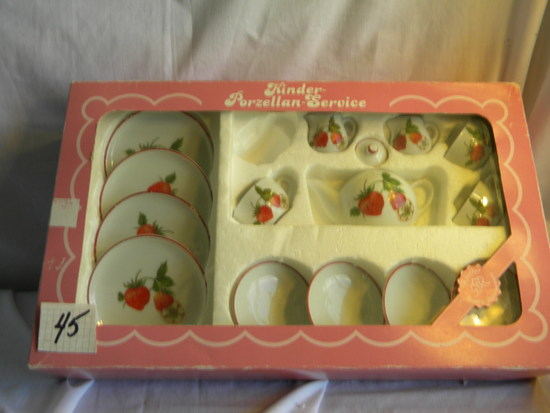 Fifteen Piece Kinder Porzollan Service Set, Children Coffee Service, Strawb