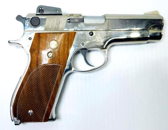 Smith & Wesson Model 439 Semi-auto 9mm Pistol w/ Extra Mags
