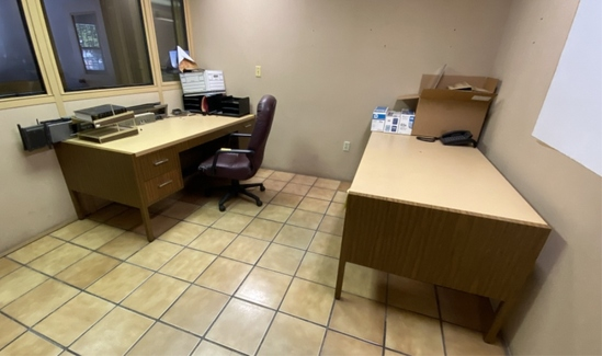 LOT CONSISTING OF OFFICE FURNITURE INCLUDING