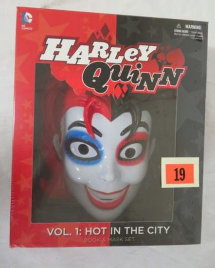 Harley Quinn Hot In The City Deluxe Mask/ Book Set Misb