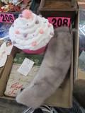 Cupcake storage box, mink scarf