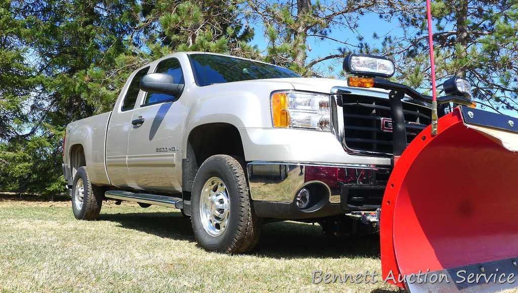 Watch the video.  2007 GMC Sierra 2500 HD 4WD extended cab SLE1 with 8-1/2' Super Duty Boss plow.