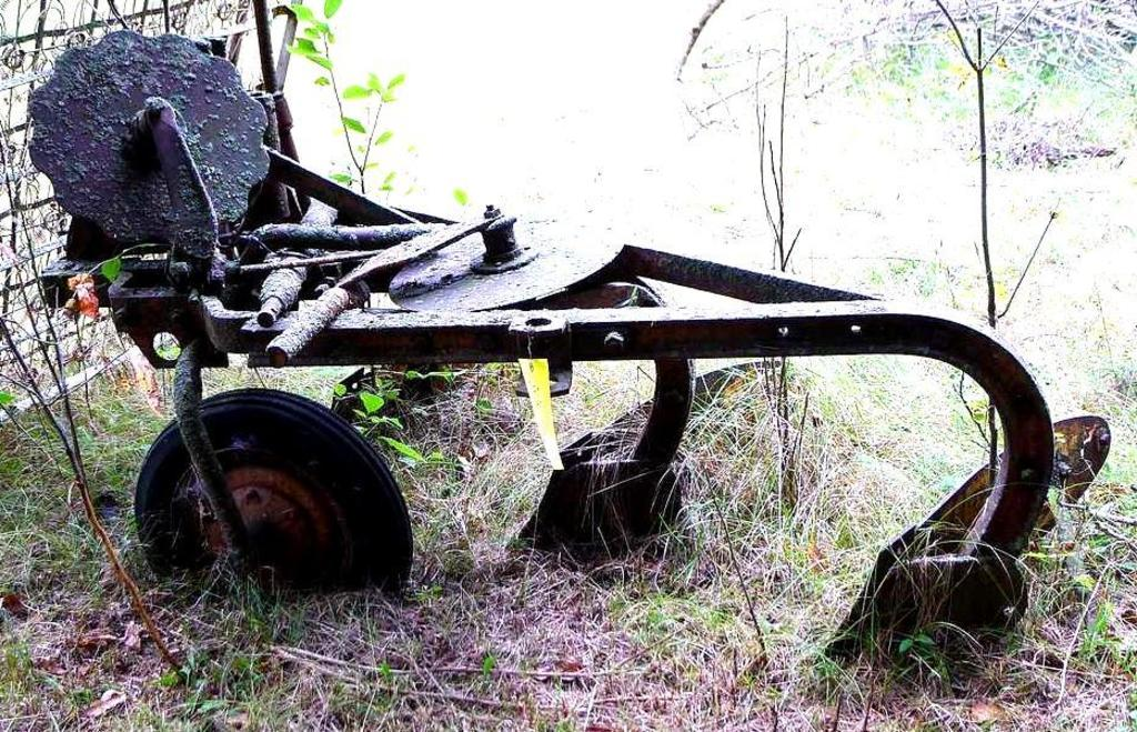 Lot: Vintage heavy duty pull-behind 3 bottom plow includes