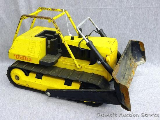 "Tonka metal toy bulldozer with rubber tracks is 15"" x 7-1/2"" x 9-1/2"" tall, is missing a headlight"