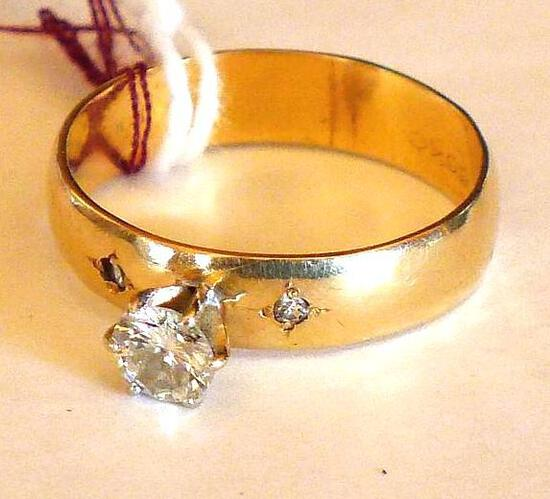 Pretty women's 14K gold ring is size 10 and weighs 4.6 grams.