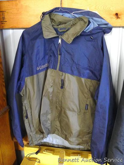 Men's size small Columbia windbreaker jacket looks to be in good condition. Zipper zips smoothly.