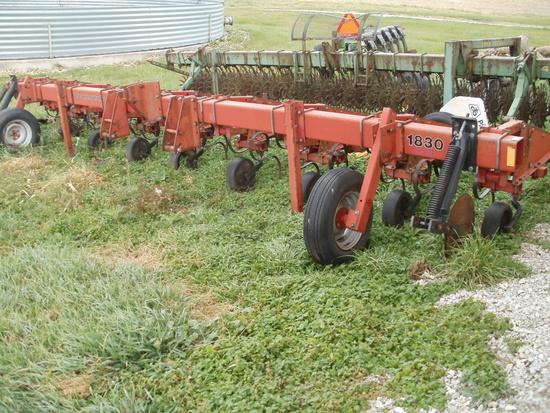 IH 1830 Row Crop Cultivator