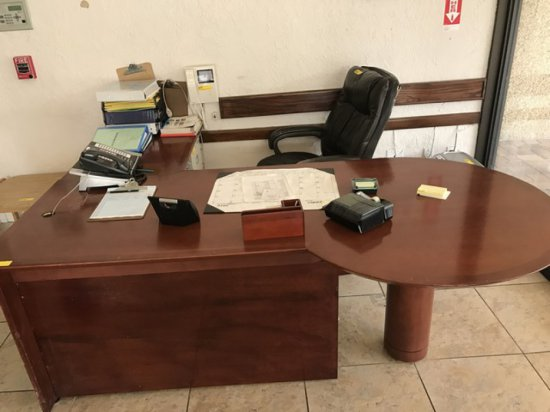 L-SHAPED DESK WITH RETURN & DESK CHAIR (CHAIR IN POOR CONDITION)
