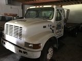 1996 INTERNATIONAL 4700 T444E FLATBED TOW TRUCK - 1HTSCABMXTH391981 - WHITE - ODOMETER READS 272,288