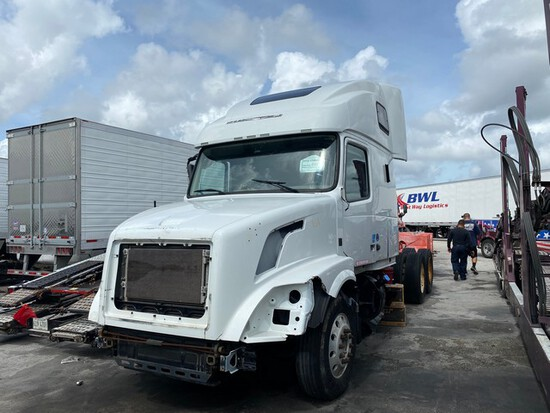 2005 VOLVO TRACTOR - VIN #4V4NC9EH8GN933954 - WHITE - SLEEPER CAB - D13 ENGINE / 455HP - MILES UNKNO