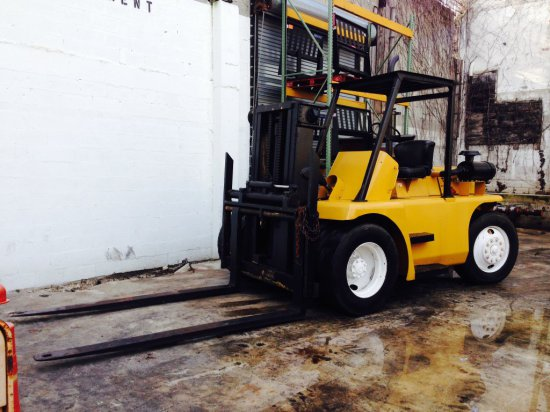 TOW MOTOR FORKLIFT - CATERPILLAR DIESEL ENGINE - 14,000LB CAPACITY - DUAL FRONT TIRES - 8' FORKS - L