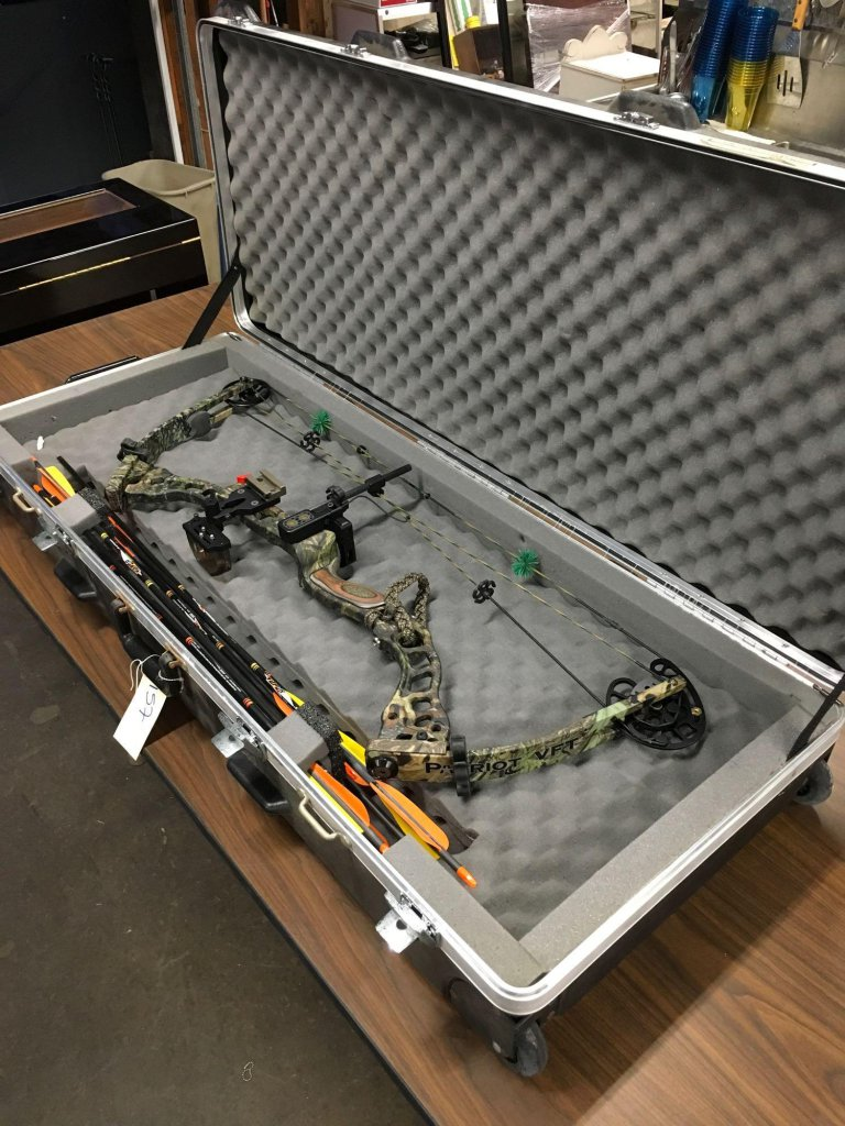 Bowtech Patriot VFT compound bow, Blackhawk Vapor arrows & SKB hard cover travel case