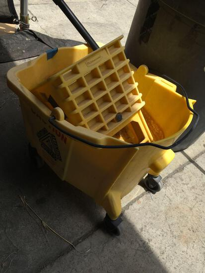Commercial mop bucket with Wringer 6.5 gal.
