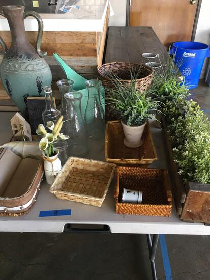 Lot. Assorted decorative items. Glass vases, artificial plants, baskets, etc